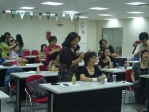 台湾での講座風景です。日本では少人数制です。
